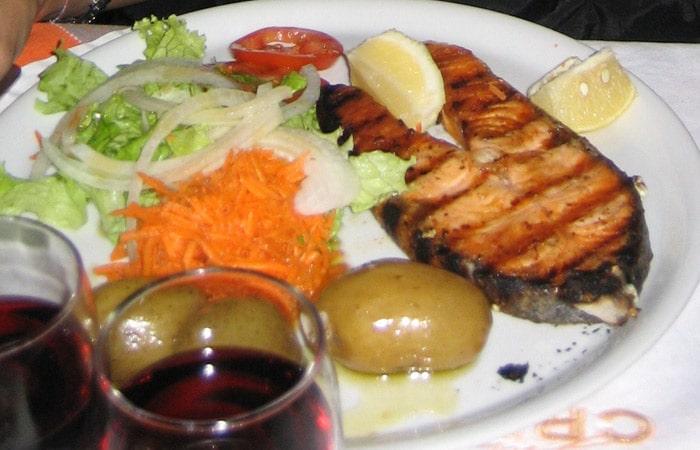 Salmón a la plancha del Chez Lapin comer en Oporto