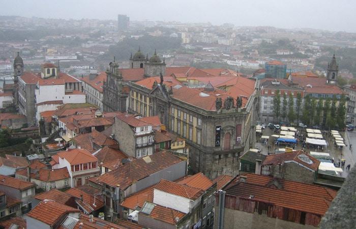Vista de Oporto desde la Torre de los Clérigos. Enfrente, el Centro Portugués de Fotografía.