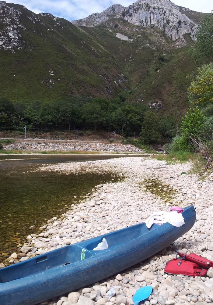 Canoa en la que hicimos el descenso del Sella turismo en Asturias