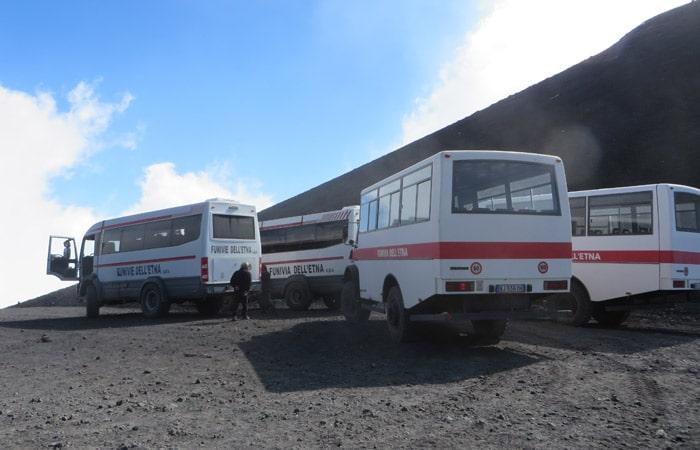 Autobuses todoterreno en el refugio Torre del Filósofo del Etna