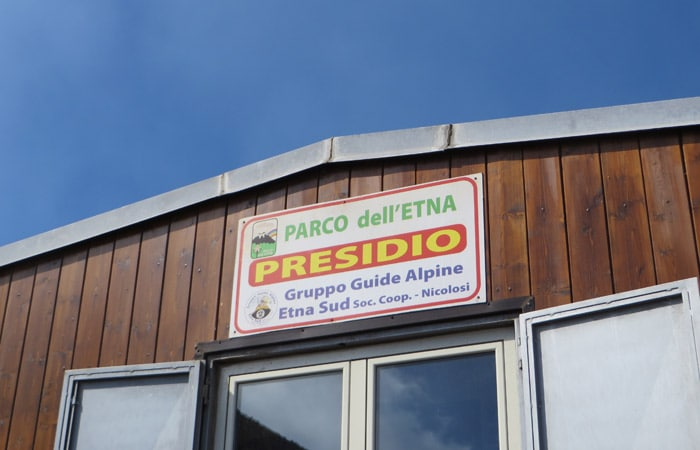 Cartel colocado el nuevo refugio Torre del Filósofo del Etna