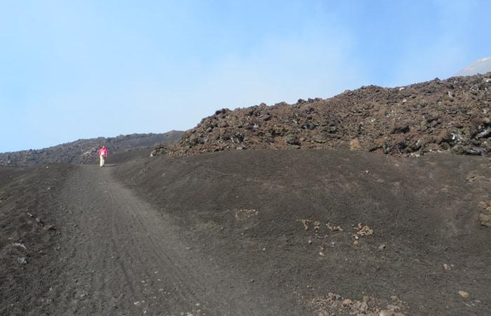 Sendero final de ascenso al Etna