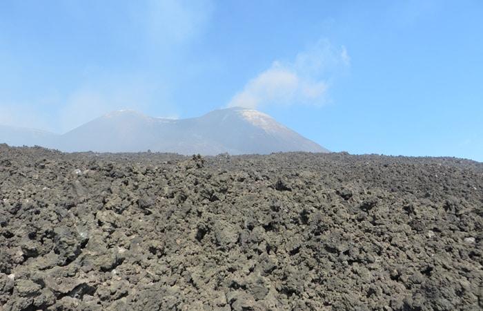 Rocas volcánicas con el Etna al fondo