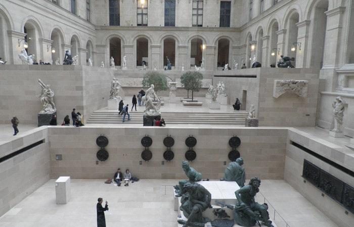 Interior del Museo qué ver en el Louvre