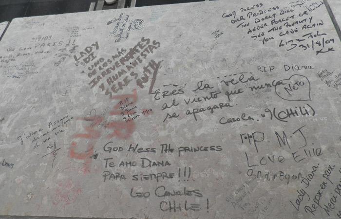 Mensajes para Lady Di en el puente del Alma de París Puente del Alma