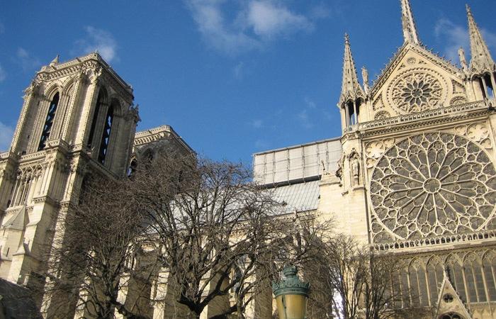 Lateral de la Catedral de Notre Dame de París museo del Louvre