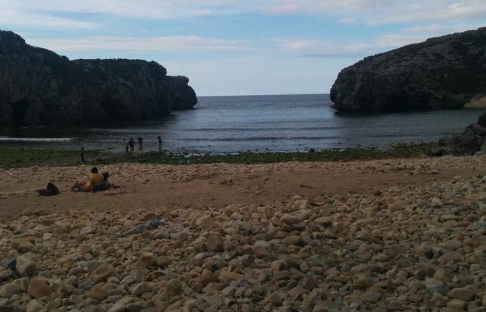 Playa Cuevas de la Mar en Nueva, destrozada por el temporal turismo en Asturias