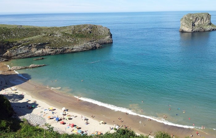 Playa de la Ballota (Andrín) con marea alta turismo en Asturias