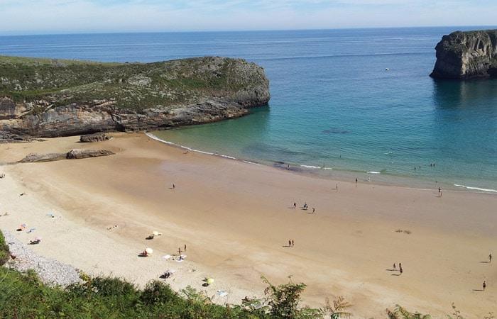 Playa de la Ballota (Andrín) con marea baja turismo en Asturias