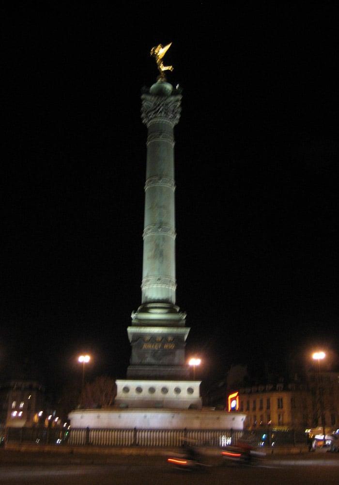 Plaza de la Bastilla de París museo del Louvre