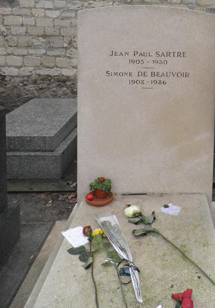 Tumba de Jean Paul Sartre y Simone de Beauvoir en el Cementerio de Montparnasse de París Torre de Montparnasse