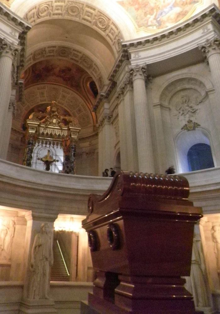Tumba de Napoléon Bonaparte en Los Inválidos de París Torre de Montparnasse