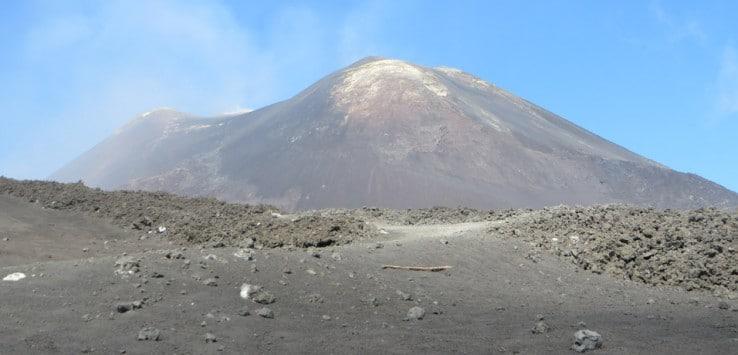 Vista del cráter principal del Etna en Sicilia