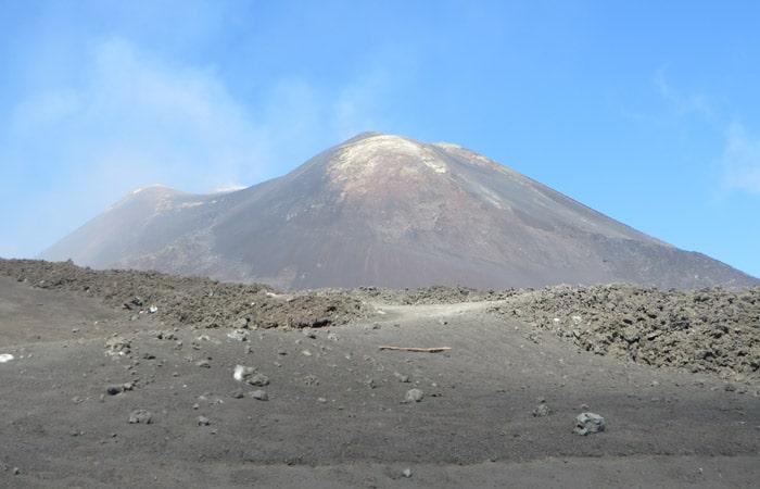 Vista del cráter principal del Monte Etna en Sicilia
