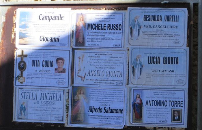 Esquelas en una calle de Enna Sicilia