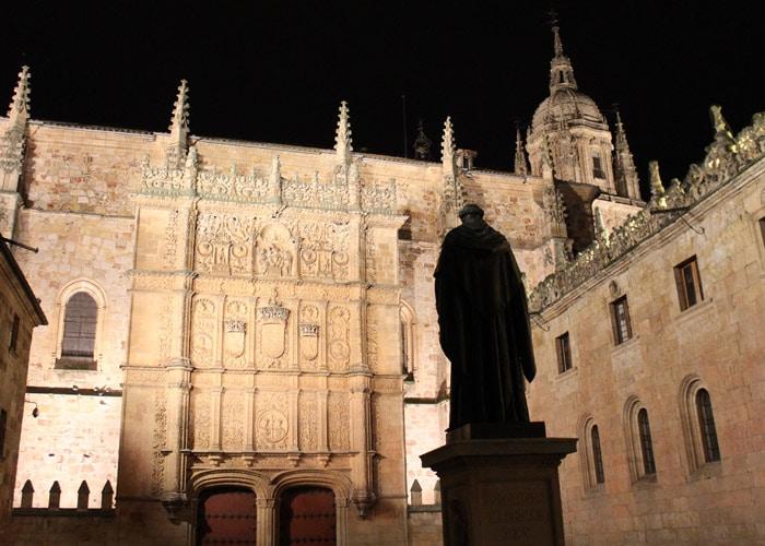 Escultura de Fray Luis de León con la Universidad que ver en Salamanca