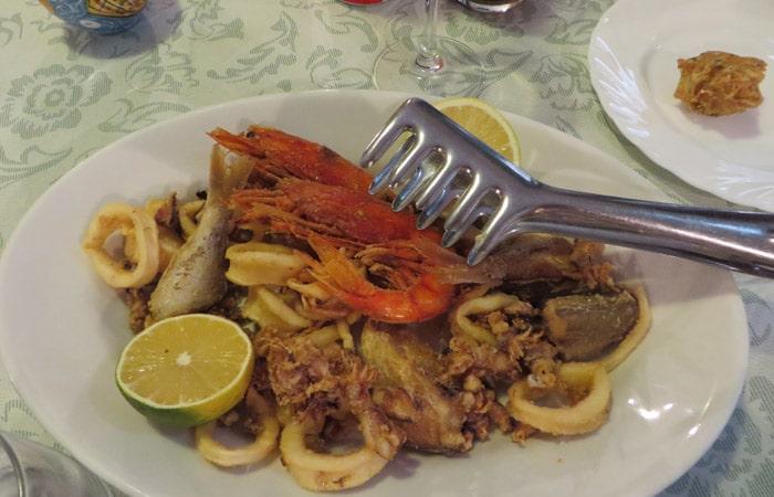 Fritura de pescado de trattoria La Tavernetta da Piero de Siracusa comer en Sicilia