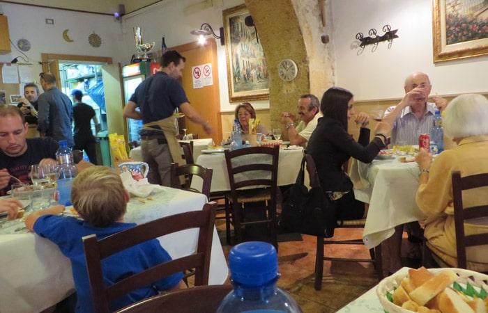 Interior de la trattoria La Tavernetta da Piero de Siracusa comer en Sicilia