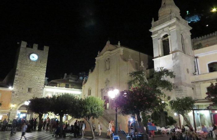 Plaza 9 de Abril de noche qué ver en Taormina