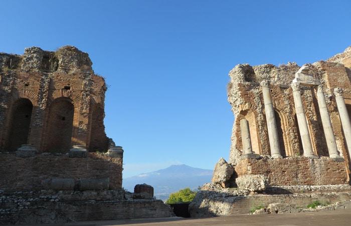 Escenario del Teatro Griego de Taormina con el Etna al fondo Sicilia