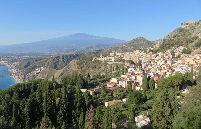 Vista desde el Teatro Griego de Taormina Sicilia