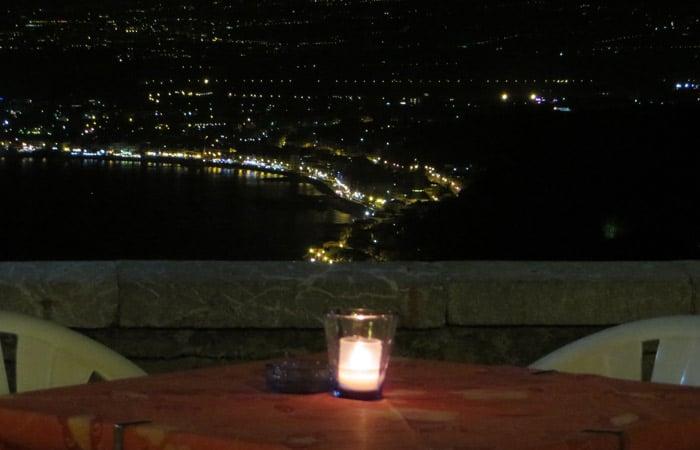 Vistas nocturnas del ristorante Mirage de Taormina comer en Sicilia