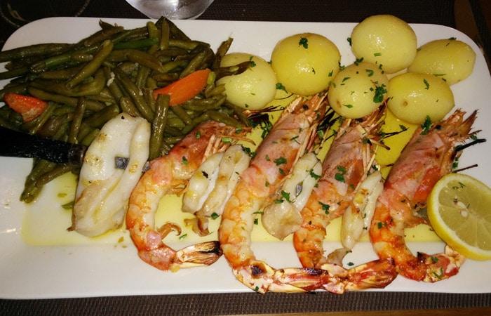 Brocheta de lulas y gambas de Quinta Prado Verde comer en Vilar Formoso