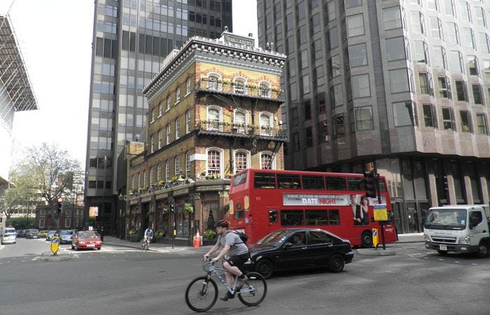 Calle de Londres con su característico autobús urbano tres días en Londres