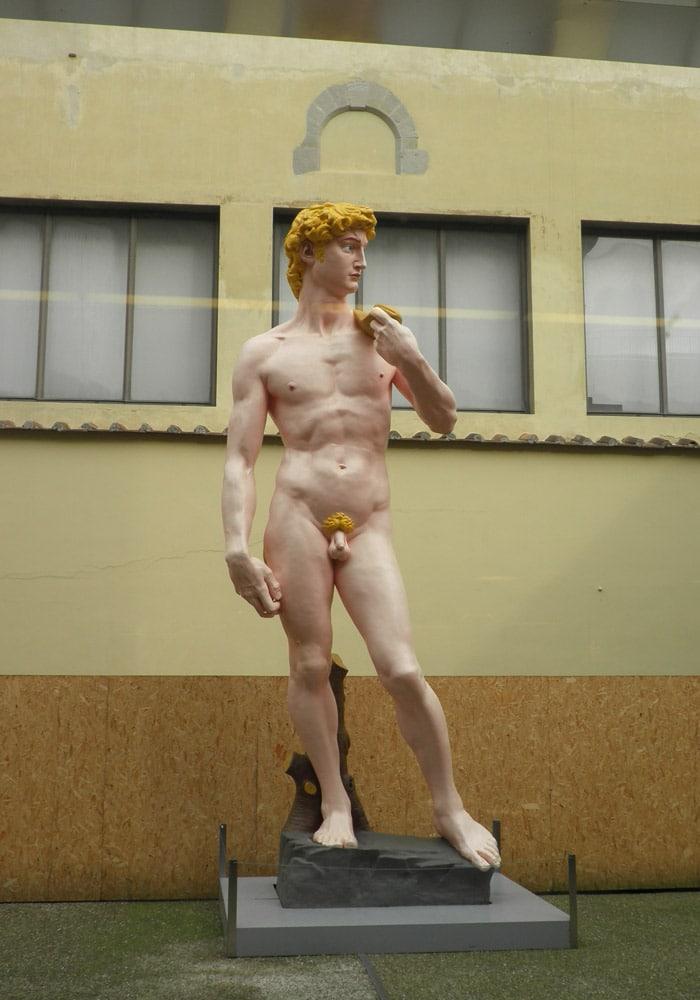 David colorido en un patio de la Academia museos de Florencia