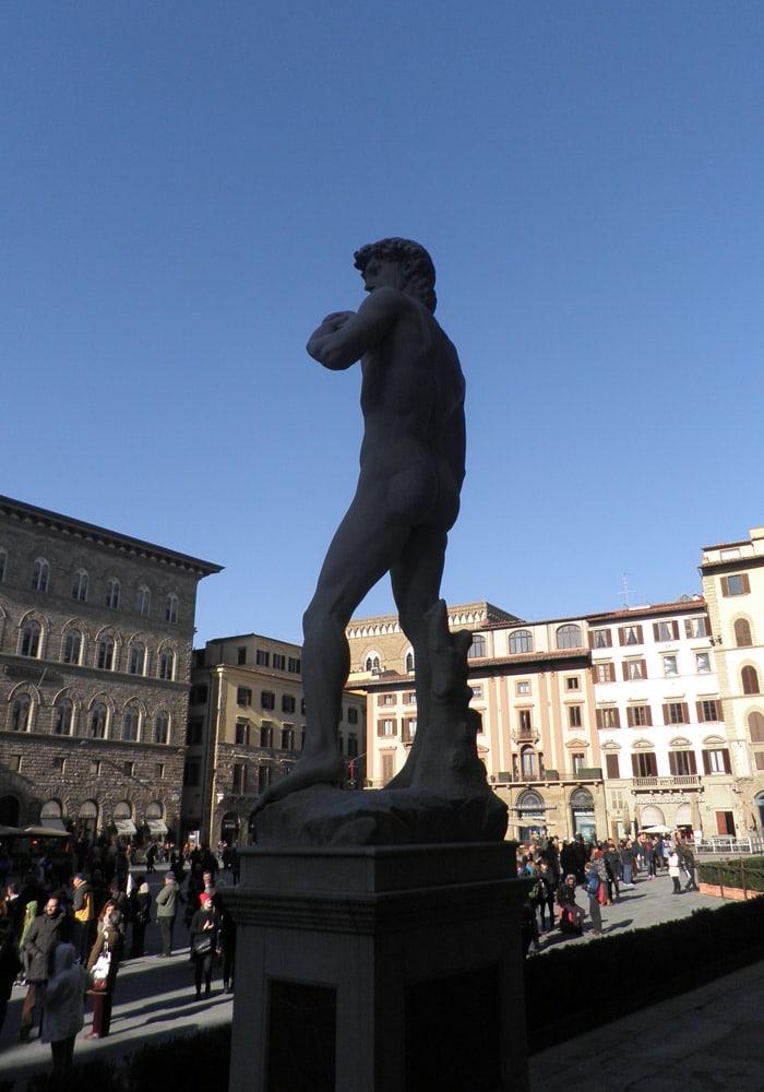 Réplica del David de Miguel Ángel a las puertas del Palazzo Vecchio qué visitar en Florencia