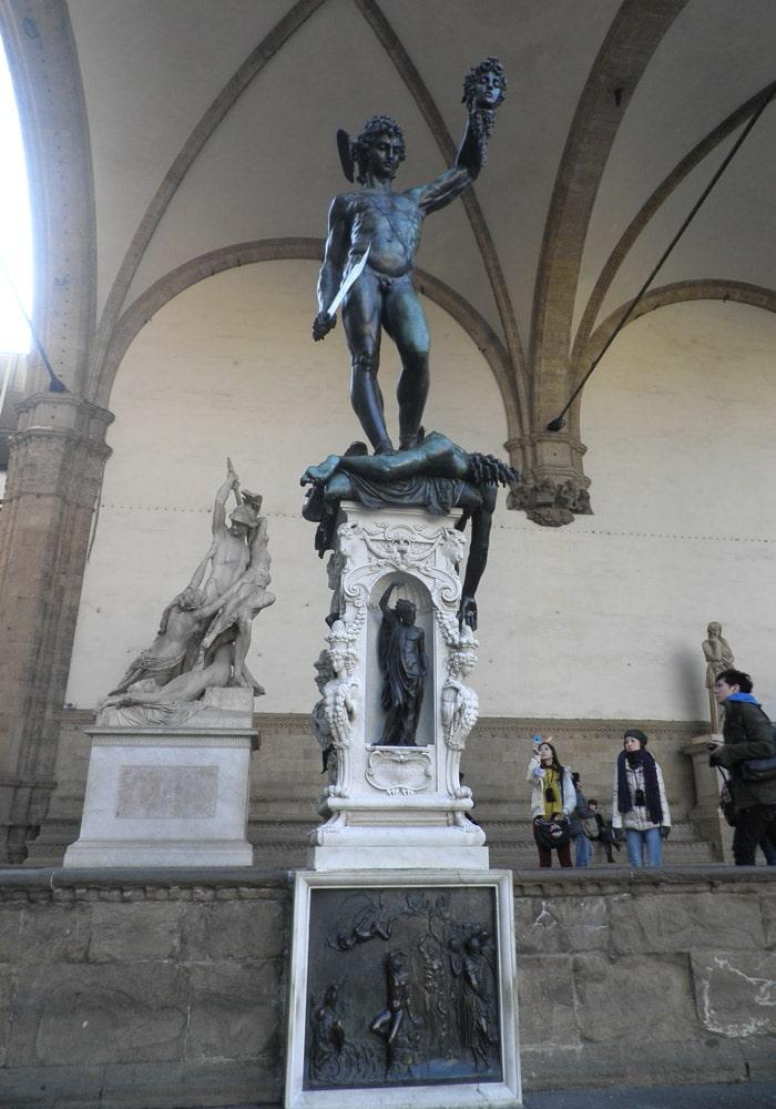 Perseo con la cabeza de Medusa de Benvenuto Cellini en la Loggia dei Lanzi de la Piazza della Signoria qué visitar en Florencia