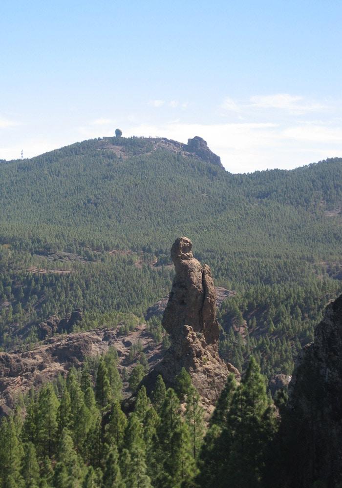 Roque del Fraile con el Pico de las Nieves al fondo Roque Nublo