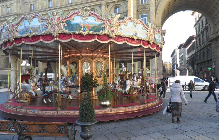 Tiovivo en la Plaza de la República qué visitar en Florencia