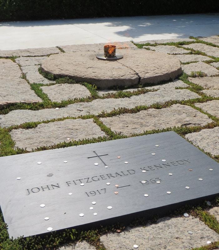 Tumba de JFK y Llama Eterna en el Cementerio de Arlington Washington