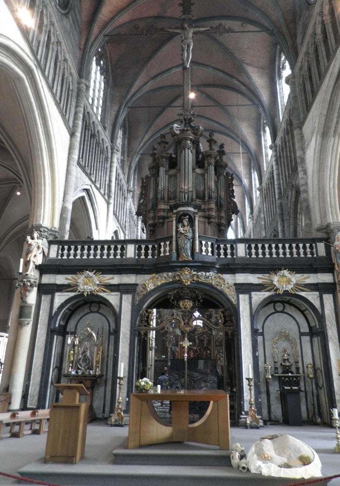 Altar mayor de la iglesia de Nuestra Señora qué ver en Brujas en un día