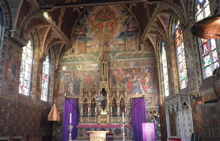 Altar mayor de la basílica de la Santa Sangre qué ver en Brujas en un día