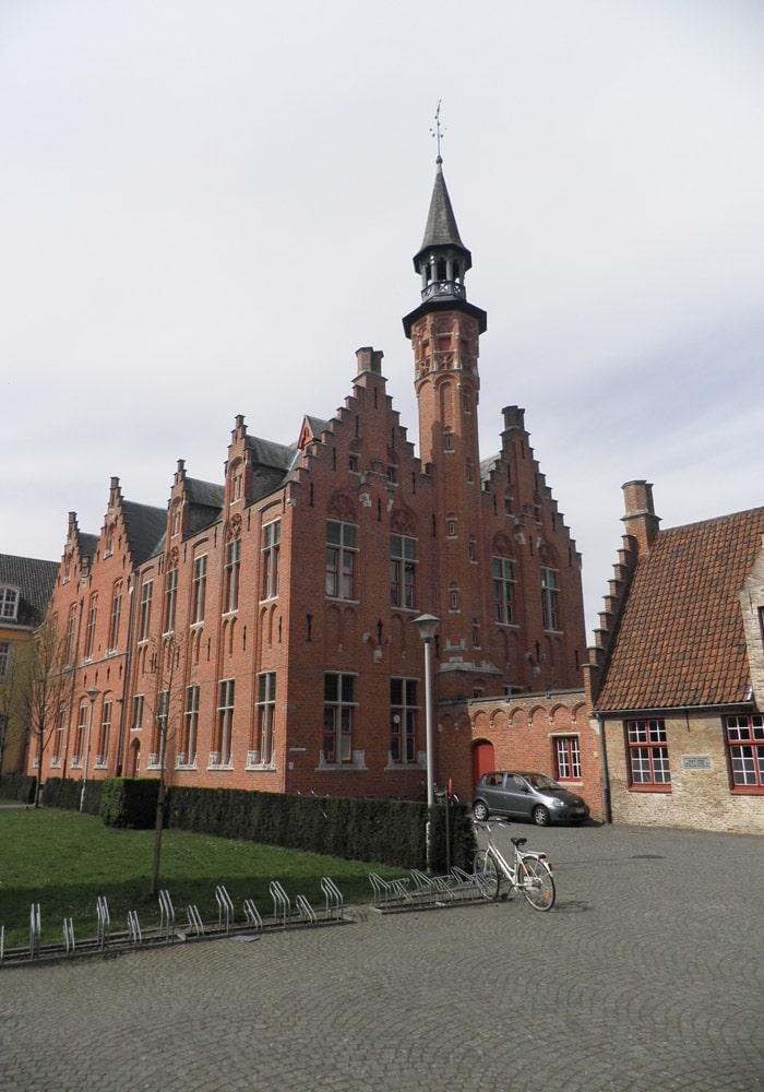 Uno de los bellos edificios que se pueden ver en la ciudad qué ver en Brujas en un día