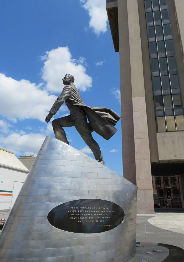 Monumento a Adam Clayton en Harlem frente a edificio que lleva su nombre ferry a Staten Island
