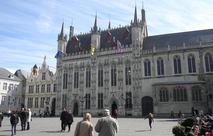 Plaza Burg presidida por el Ayuntamiento qué ver en Brujas en un día