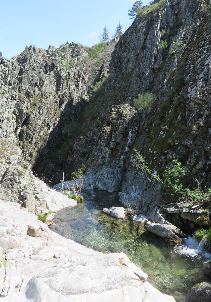 Vista de la primera cascada que nos encontramos en el recorrido ruta del Jabalí