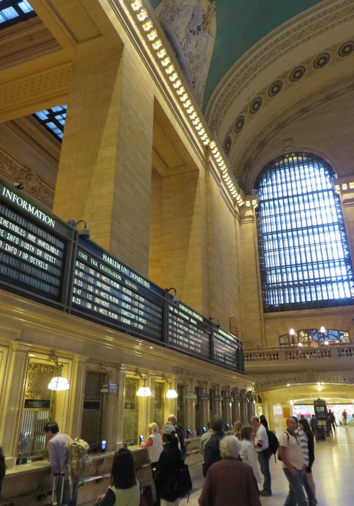 Viajeros sacando sus billetes en la Grand Central Terminalferry a Staten Island