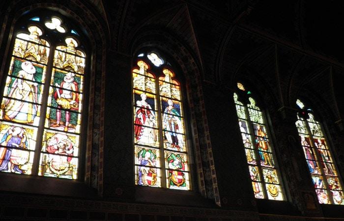 Vidrieras en la Basílica de la Santa Sangre qué ver en Brujas en un día