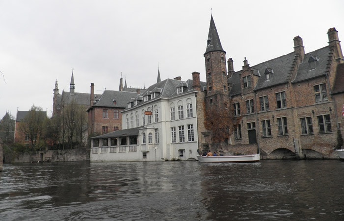 Vista desde la barca en uno de los canales qué ver en Brujas en un día
