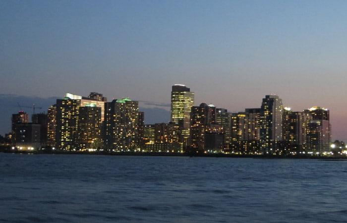 Edificios del barrio de Brooklyn, iluminados paseo en barco por Nueva York
