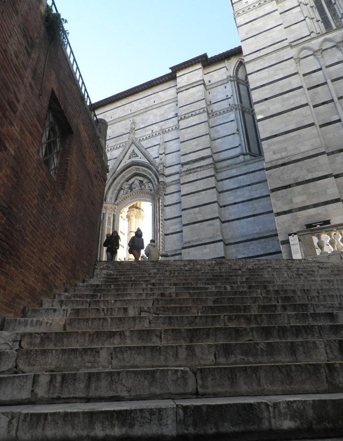 Escaleras de acceso a la Piazza del Duomo de Siena