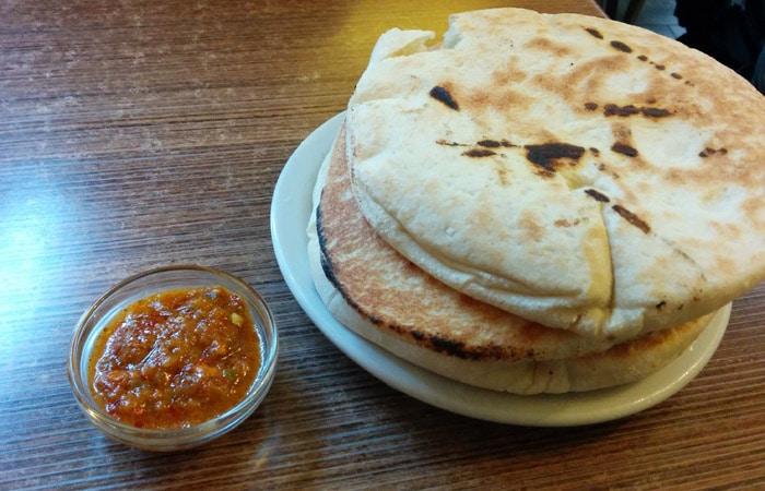 Pan pita en el Hummus Bar comer en Budapest