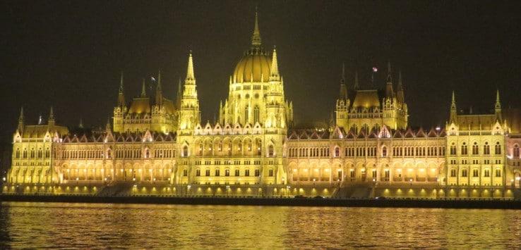 El Parlamento, de noche qué ver en Budapest