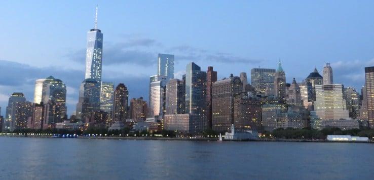 Paso nocturno en barco por Nueva York