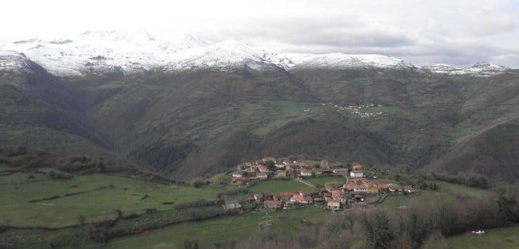 Samartín d'Ondes y cumbres de Somiedo desde la ruta de La Castañal
