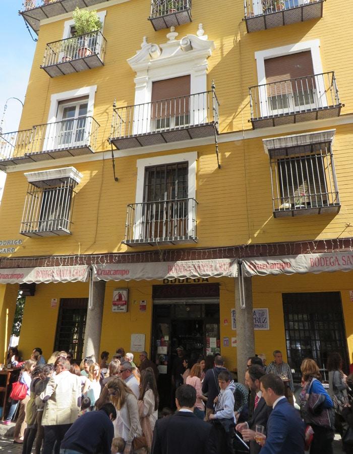 Ambiente en el exterior de la Bodega Santa Cruz tapeo por Sevilla